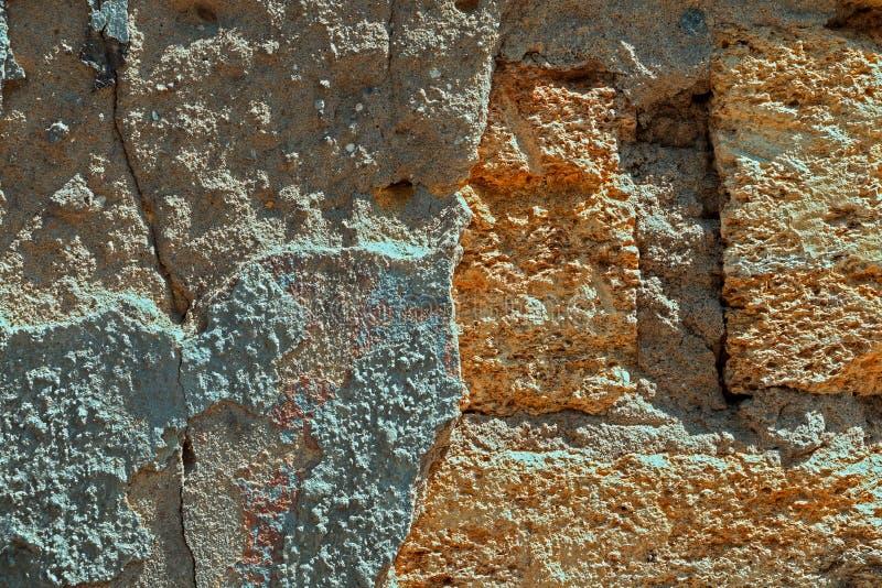 Fondo, textura de la pared destruida vieja de la piedra caliza fotos de archivo libres de regalías