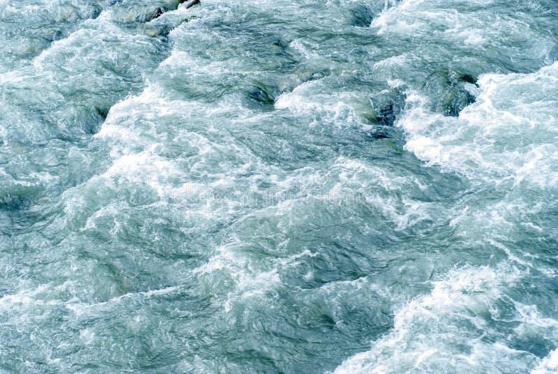 fondo, textura: una corriente rápida del agua en un río de la montaña imagen de archivo libre de regalías