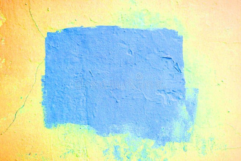 Fondo texturizado amarillo de neón del extracto con un marco azul en el centro fotografía de archivo