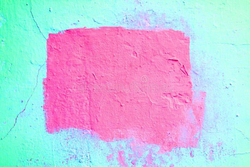 Fondo texturizado azul de neón del extracto con un marco rosado en el centro imagenes de archivo
