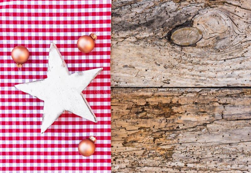 Fondo tradicional de la Navidad con la decoración de madera blanca de las bolas de la estrella y de la Navidad, espacio de la cop fotografía de archivo