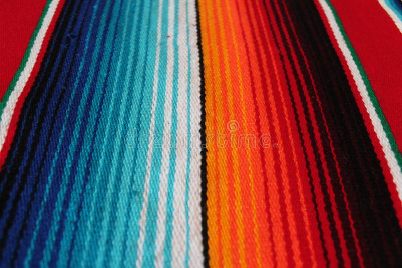 Fondo tradizionale messicano di festa del poncio della coperta del de Mayo di cinco del Messico con le bande fotografia stock