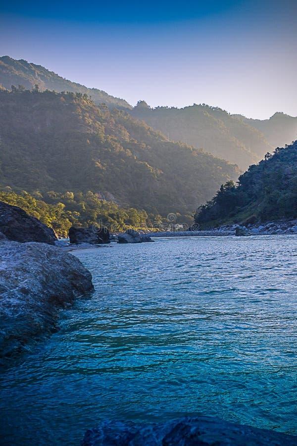 Fondo tranquilo y pacífico de la naturaleza de la corriente hermosa del Ganges del río que atraviesa las cascadas naturales en Ri fotografía de archivo libre de regalías