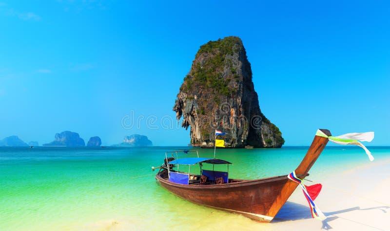 Fondo tropicale del paesaggio della spiaggia della Tailandia. Natura dell'oceano dell'Asia immagine stock libera da diritti