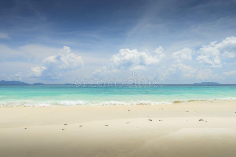 Fondo tropicale della spiaggia di vista del mare bello con l'orizzonte s blu immagine stock