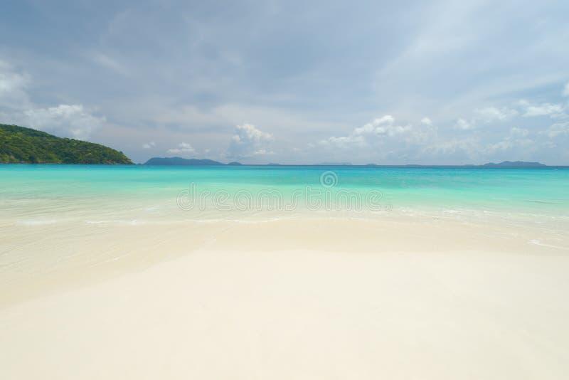 Fondo tropicale della spiaggia di vista del mare bello con l'orizzonte s blu fotografia stock libera da diritti
