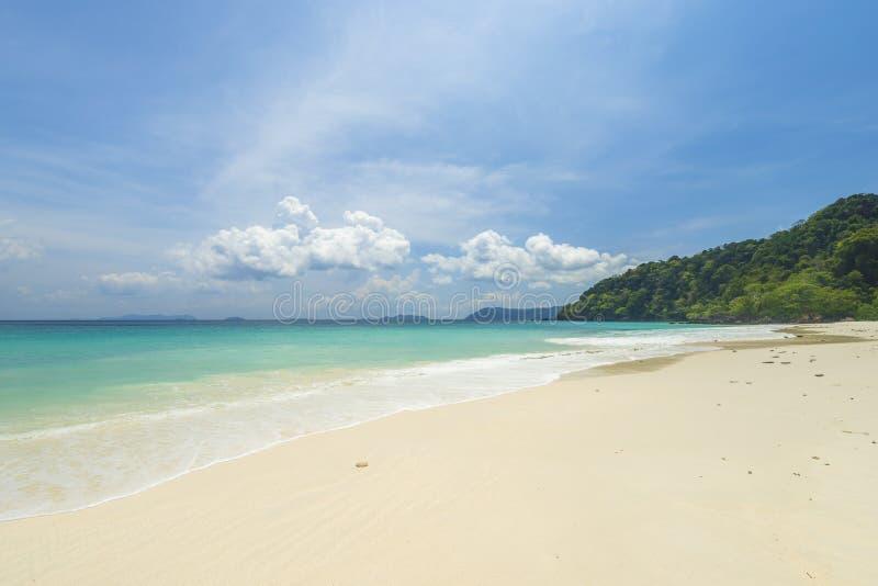 Fondo tropicale della spiaggia di vista del mare bello con l'orizzonte s blu fotografie stock libere da diritti