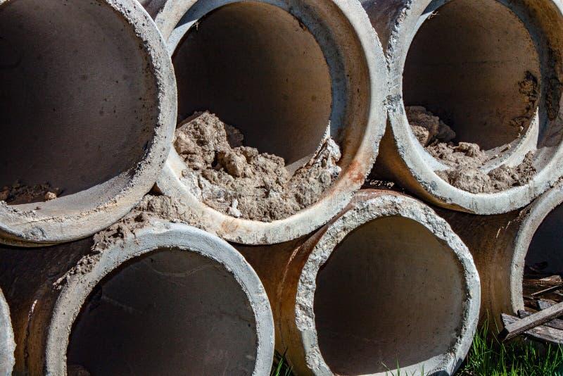Fondo tubos concretos para los conductos concretos subterráneos tales como cursos de agua, etc imágenes de archivo libres de regalías