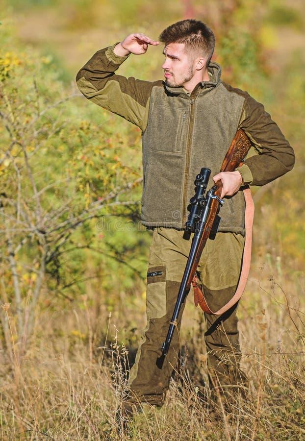 Fondo unshaved brutale della natura della guardiacaccia dell'uomo Cercare permesso Cacciatore serio barbuto spendere caccia di sv fotografie stock libere da diritti