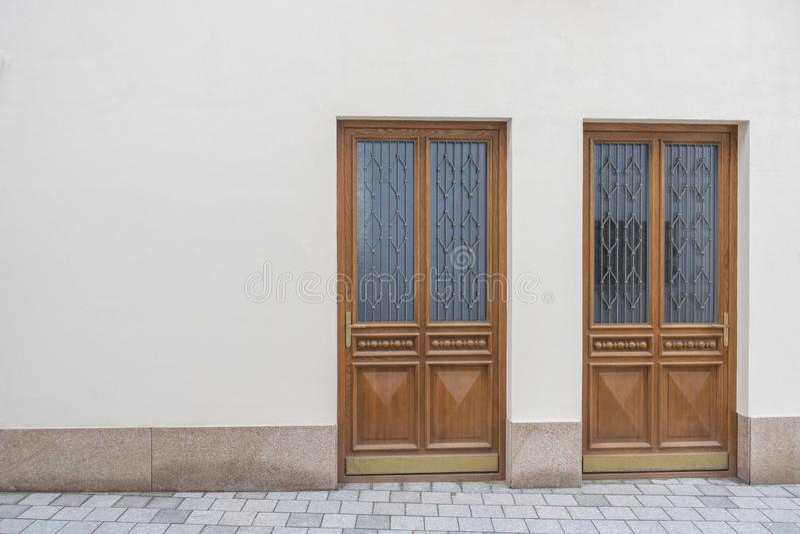 Fondo urbano della via Nuova parete beige del gesso con due porte fotografia stock