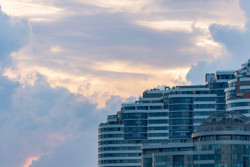 Fondo urbano di architettura moderna Frammento di costruzione moderna sopra e del cielo drammatico immagine stock