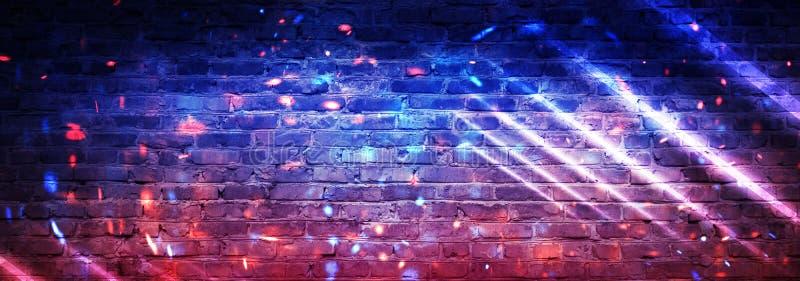 Fondo vacío de la pared de ladrillo, opinión de la noche, luz de neón, rayos Fondo celebrador Humo ilustración del vector