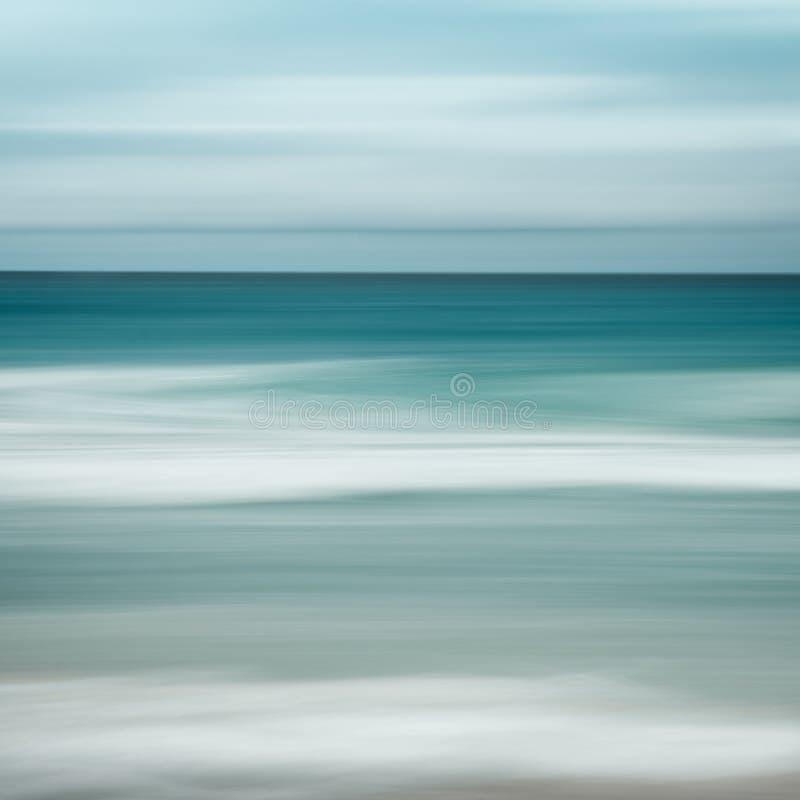 Fondo vacío del mar y de la playa con el espacio de la copia, exposición larga, fondo teñido vintage abstracto azul de la pendien fotografía de archivo libre de regalías