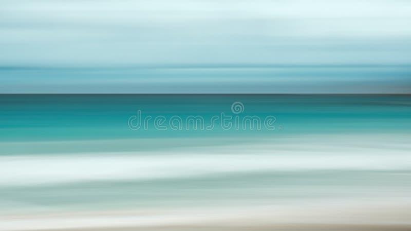 Fondo vacío del mar y de la playa con el espacio de la copia, exposición larga, fondo teñido vintage abstracto azul de la pendien foto de archivo libre de regalías