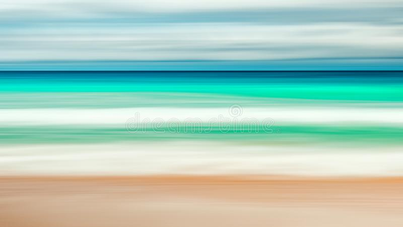 Fondo vacío del mar y de la playa con el espacio de la copia, exposición larga, fondo teñido vintage abstracto azul de la pendien fotos de archivo libres de regalías