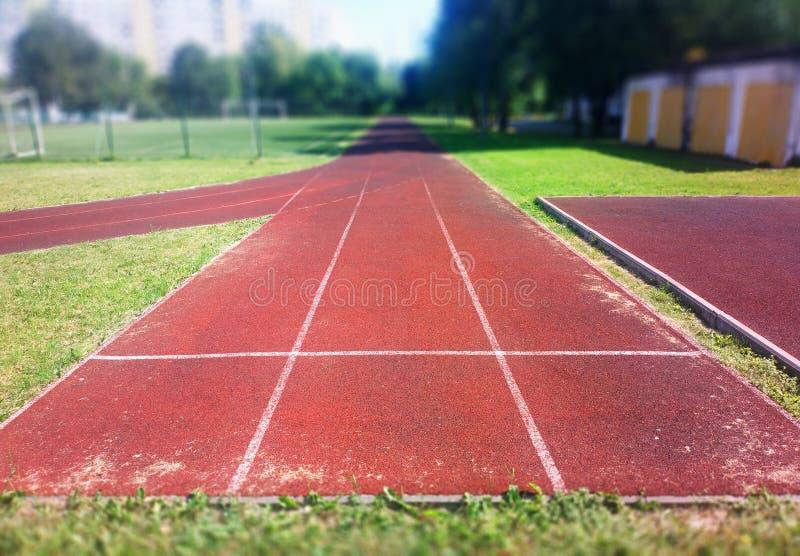 Fondo vacío del verano del verano de tres pistas del deporte imagen de archivo