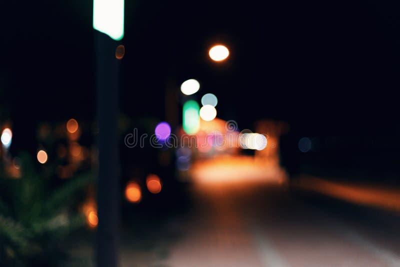 Fondo vago dell'argine della città di notte Bokeh variopinto nei precedenti immagine stock libera da diritti