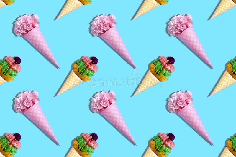 Fondo variopinto dai coni di carta della cialda con i fiori ed i dessert fotografie stock libere da diritti