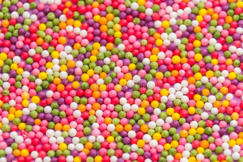 Fondo variopinto dei confetti dolci multicolori della caramella Struttura decorativa di festa del sparso di intorno ai bonbon del fotografie stock