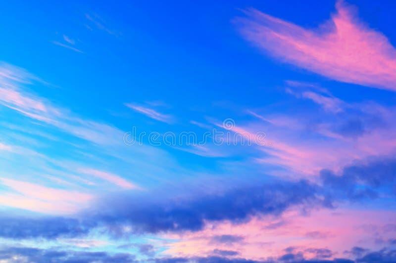 Fondo variopinto del cielo di tramonto con le nuvole variopinte drammatiche porpora e blu di rosa, immagine stock