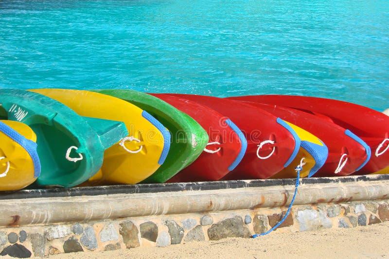 Fondo variopinto dell'acqua del turchese delle canoe fotografia stock