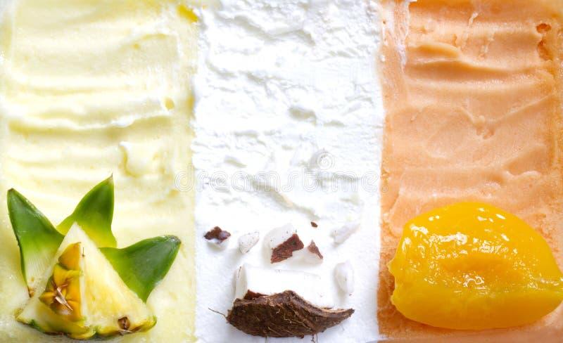 Fondo variopinto dell'estratto del gelato con la frutta fresca fotografia stock