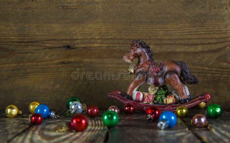 Fondo variopinto di natale con un cavallo a dondolo immagine stock