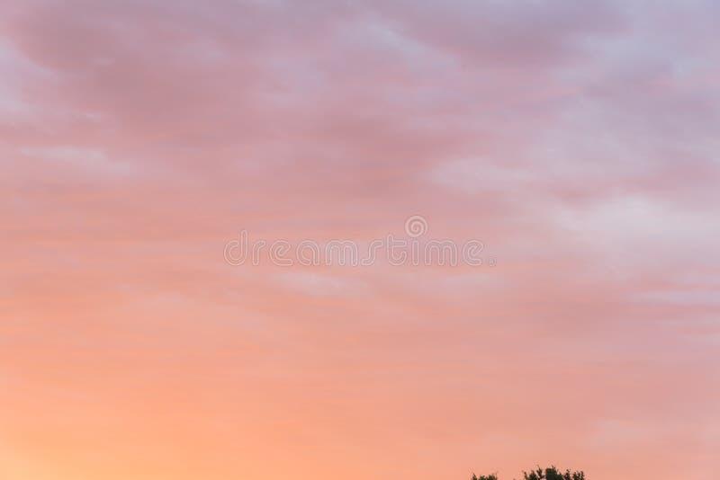 Fondo vibrante del color de la nube suave dramática de la puesta del sol imágenes de archivo libres de regalías