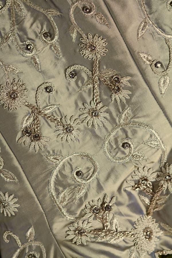 Fondo vicino su del tessuto d'annata e di bordare del vestito da sposa fotografia stock