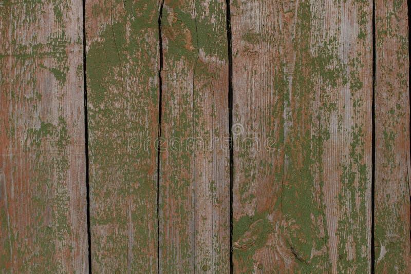 Fondo Vieja puerta rústica a una vertiente con la peladura de la pintura verde fotografía de archivo libre de regalías