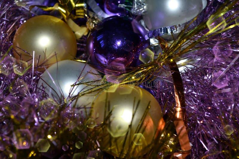 Fondo, viola luminosa, decorazioni d'argento di Natale, lamé e dorato luminosi immagine stock