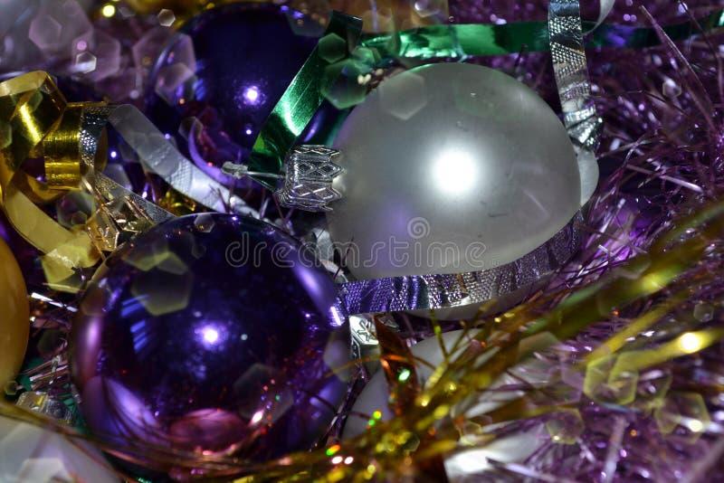 Fondo, viola luminosa, decorazioni d'argento di Natale, lamé luminoso immagine stock