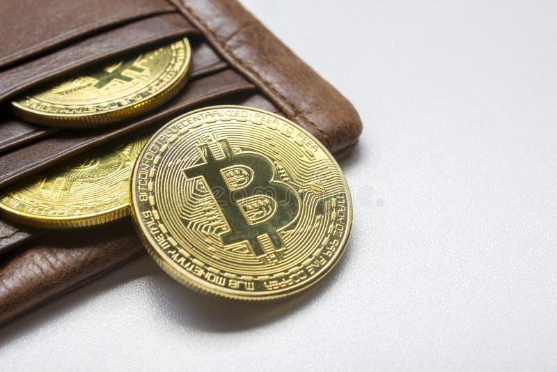 Fondo virtual del dinero y del dólar de la moneda de oro de Bitcoin nuevo Cryptocurrency Negocio y concepto comercial Primer fotografía de archivo libre de regalías