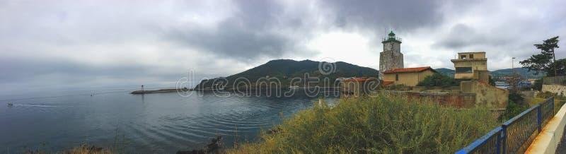 Fondo, vista panorámica de la costa cerca de la ciudad de Vander portuario, el faro y el embarcadero fotos de archivo