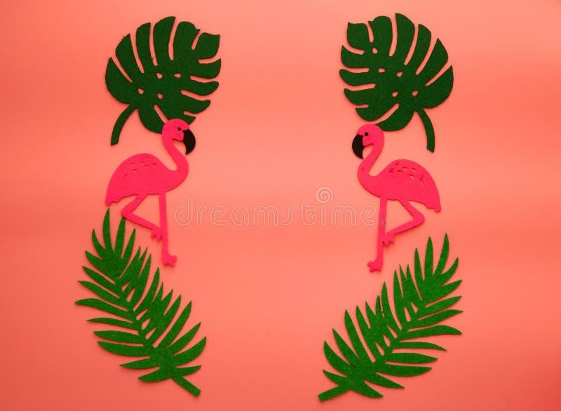 Fondo vivente di corallo di estate di tendenza con il fenicottero e le foglie di palma Colore dell'anno 2019 Concetto di Flatlay immagini stock libere da diritti