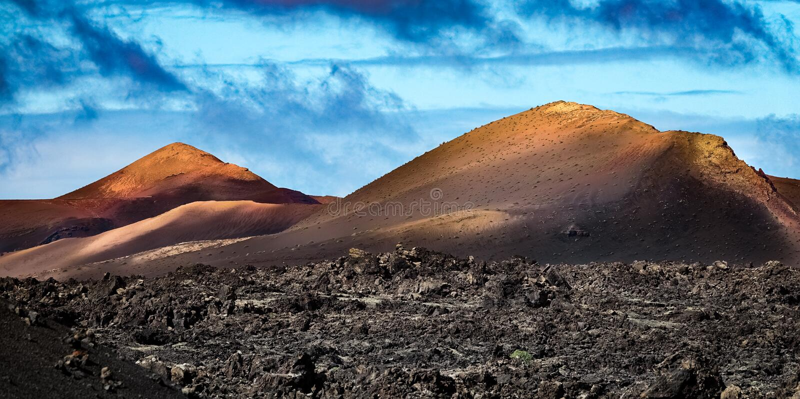 Fondo volcánico colorido del paisaje Cordillera con los campos de lava en el primero plano imagen de archivo libre de regalías