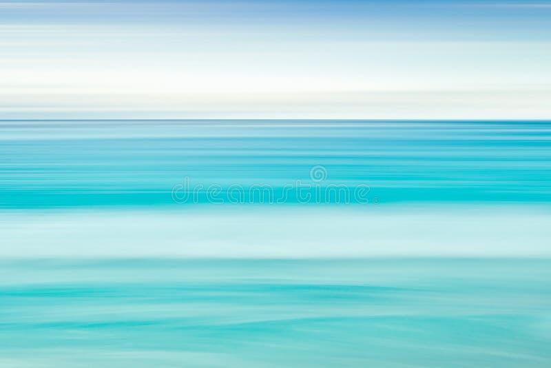 Fondo vuoto della spiaggia e del mare con lo spazio della copia, esposizione lunga, fondo astratto blu di pendenza di moto della  fotografie stock libere da diritti