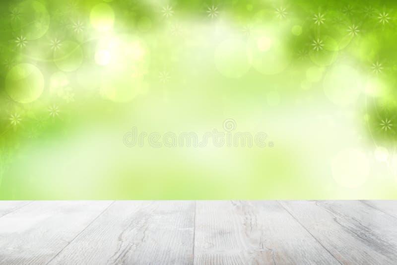 Fondo vuoto di estate del piano d'appoggio Piano d'appoggio luminoso di legno rustico vuoto davanti a bella estate o primavera ve immagine stock libera da diritti