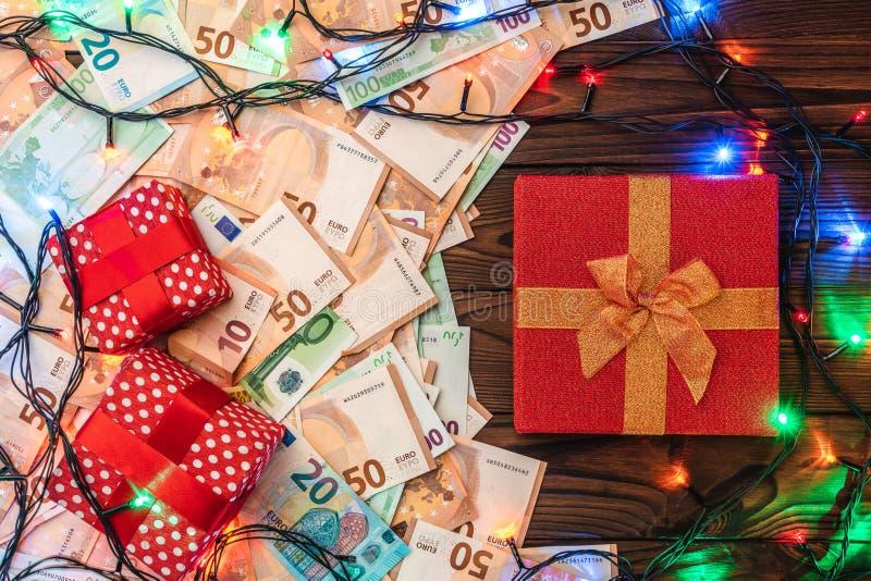 Fondo y billetes de banco de madera, atmósfera de la Navidad de los regalos imagenes de archivo