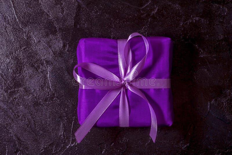 fondo y marco elegantes negros con una rama del abeto y de un regalo fotografía de archivo libre de regalías
