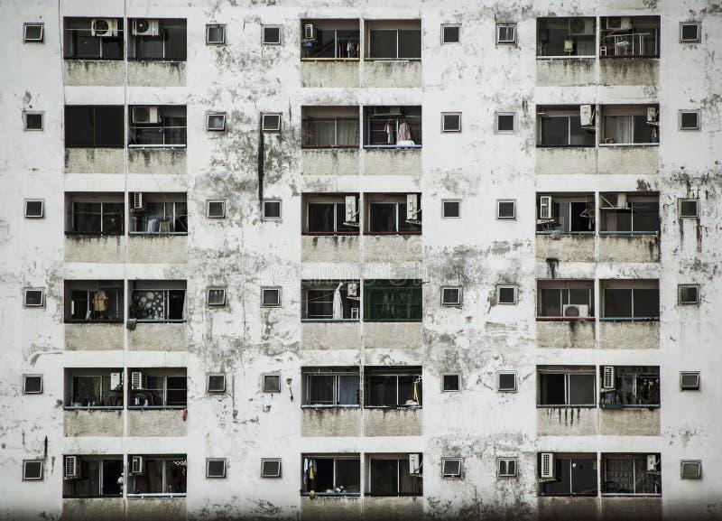 Fondo y papel pintado o textura de la fachada vieja del edificio del condominio imagen de archivo