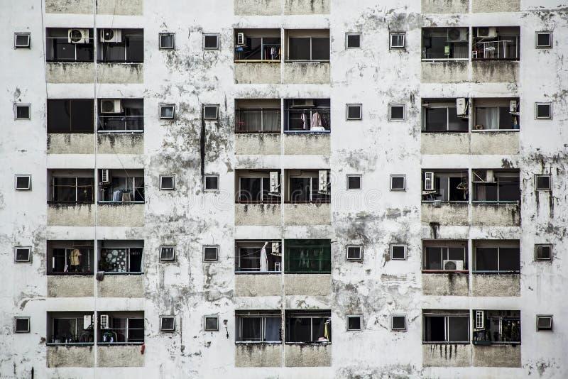 Fondo y papel pintado o textura de la fachada vieja del edificio del condominio imágenes de archivo libres de regalías