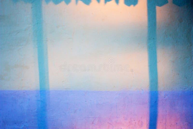 Fondo y textura abstractos de la pared pintada con las sombras azules Sombras coloridas del rosa, amarillas y azules fotos de archivo