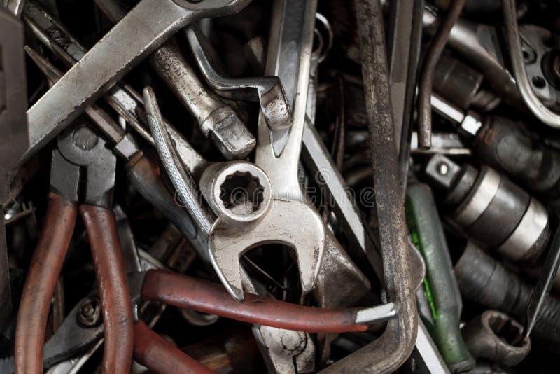 Fondo y textura de herramientas viejas en caja de herramientas Llave, screwdri imagen de archivo libre de regalías