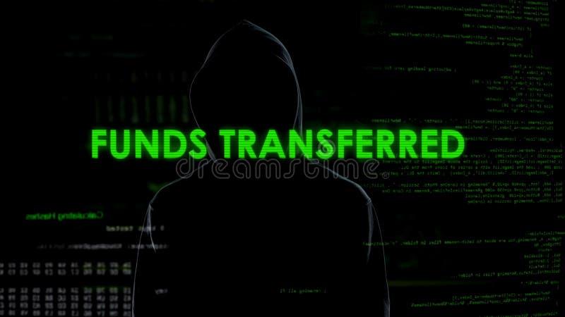 Fondos de transferencia del pirata informático de sexo masculino, protección de sistema del dinero, error de las actividades banc imagenes de archivo