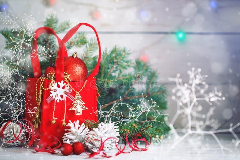 Fondos del invierno de la Navidad, decoraciones de la Navidad y ramas spruce en una tabla de madera Feliz Año Nuevo feliz fotos de archivo libres de regalías