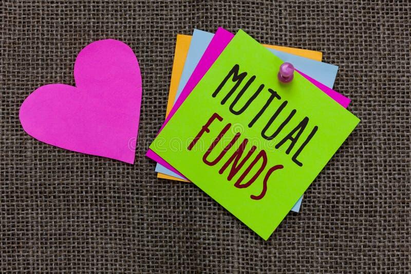 Fondos mutuos del texto de la escritura Concepto que significa un plan de inversión financiado por las notas de papel Importan de fotografía de archivo