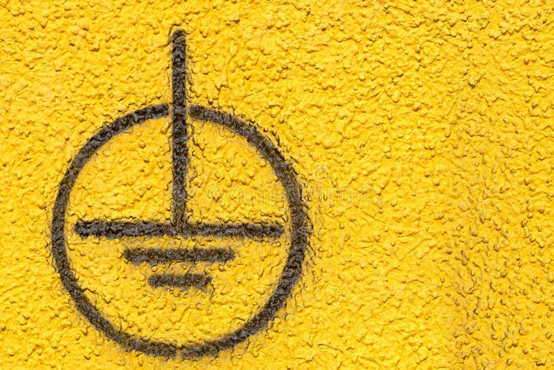 Fondre se connectent le mur plâtré par jaune images stock