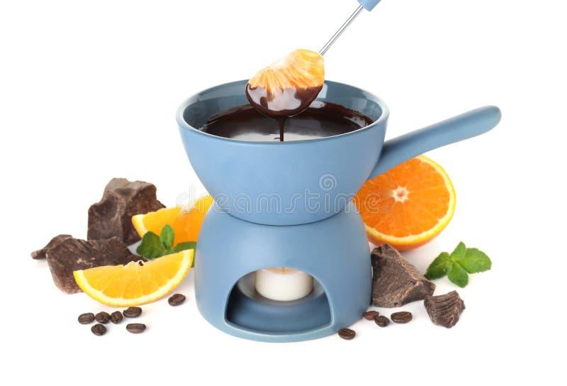 Fondue δοχείο με τη σοκολάτα και φρούτα στο λευκό στοκ εικόνες