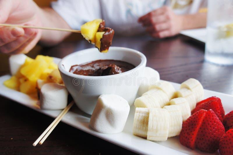 'fondue' de chocolate fotografía de archivo libre de regalías